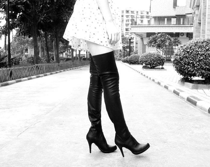 风铃女王费踩踏 黑冰女皇过膝长靴踩踏 过膝靴女王踩踏美女 过膝靴踩图片